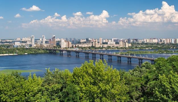 Uitzicht op paton bridge en linkeroever van de rivier de dnjepr in kiev