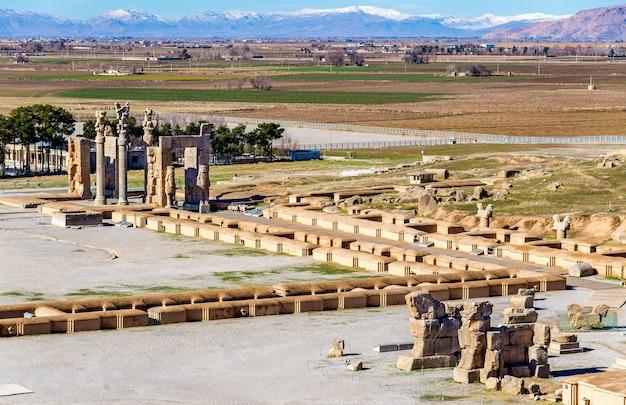 Uitzicht op persepolis vanaf het graf van artaxerxes iii - iran