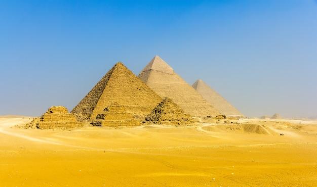 Uitzicht op piramides vanaf het plateau van gizeh