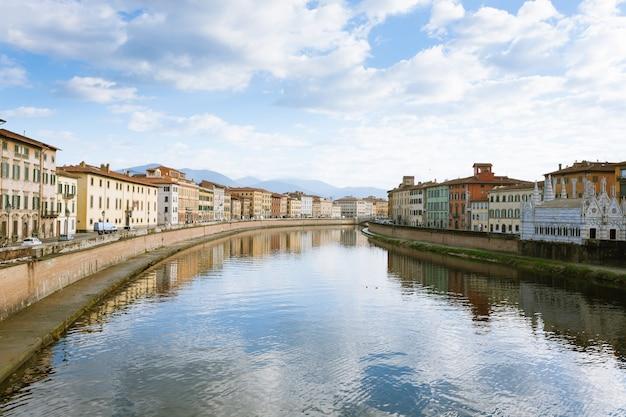 Uitzicht op pisa. gebouwen langs de rivier de arno. italiaans monument, toscane