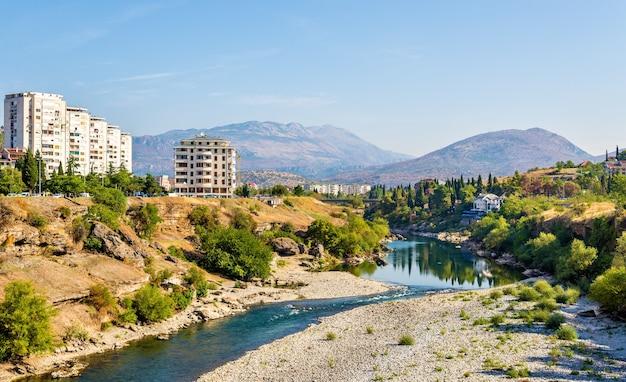 Uitzicht op podgorica met de rivier moraca - montenegro