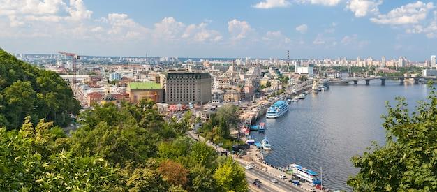 Uitzicht op podil vanaf een observatiepunt over de dnjepr. kiev, oekraïne