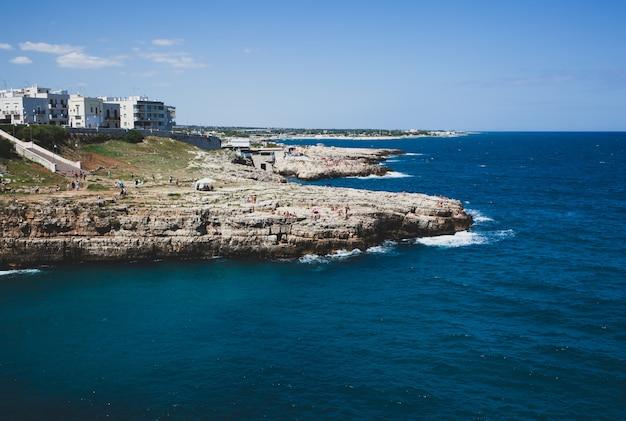 Uitzicht op polignano een merrie, pittoresk stadje op kliffen van de adriatische zee