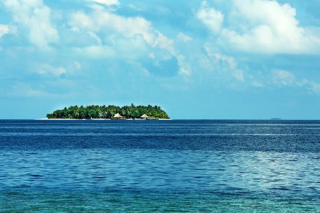 Uitzicht op prachtige blauwe oceaanwater in resort