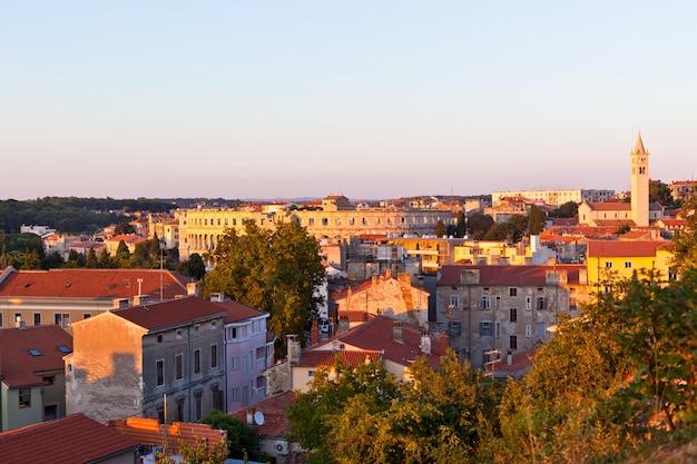 Uitzicht op pula, kroatië stadsgezicht bij zonsondergang van bovenaf
