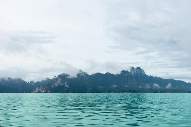 Uitzicht op ratchadapha dam in surat thani