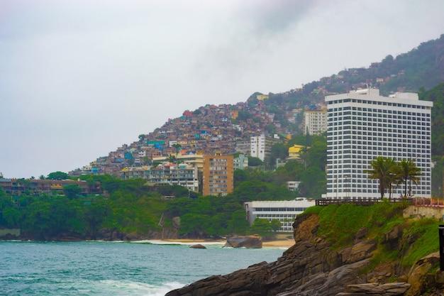 Uitzicht op rio de janeiro met stranden, sloppenwijken en architectuur.