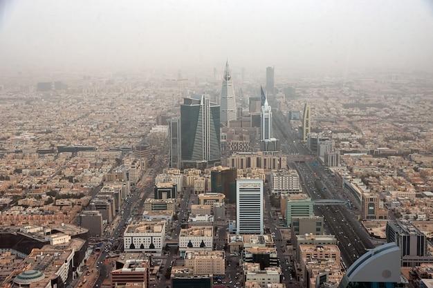 Uitzicht op riyadh, saoedi-arabië vanaf sky bridge in kingdom centre burj al-mamlaka
