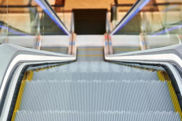 Uitzicht op roltrap in winkelcentrum