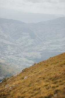 Uitzicht op rotsachtige bergen in vlasic, bosnië op een sombere dag