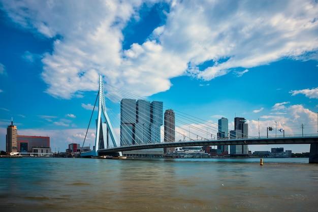 Uitzicht op rotterdam sityscape met erasmusbrug over nieuwe maas en moderne architectuur wolkenkrabbers