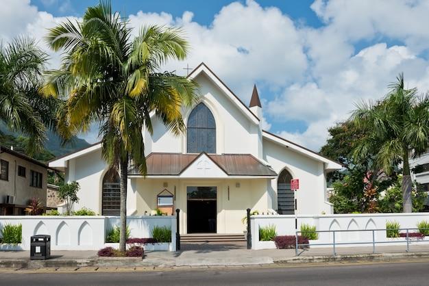 Uitzicht op saint paul cathedral in victoria, mahe, seychellen