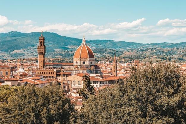Uitzicht op santa maria del fiore vanuit de boboli-tuinen. toerisme en reizen concept.