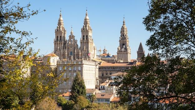 Uitzicht op santiago de compostela en verbazingwekkende kathedraal van santiago de compostela met de nieuwe gerestaureerde gevel