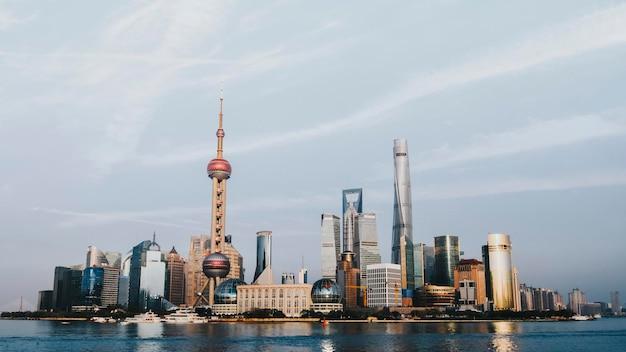 Uitzicht op shanghai en de huangpu-rivier, china