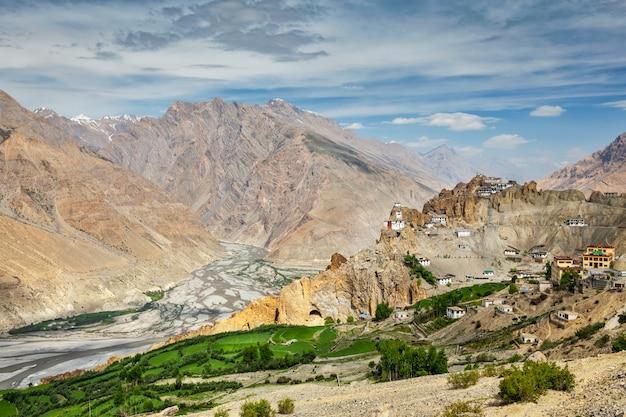Uitzicht op spiti vallei en dhankar gompa in de himalaya