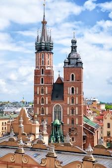 Uitzicht op st. mary's gotische kerk in krakau, polen