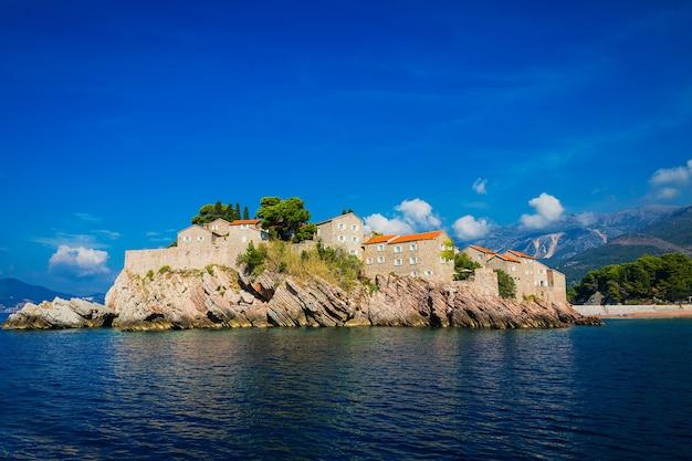 Uitzicht op st. stephen's island vanaf de zee, budva bay, montenegro