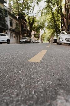 Uitzicht op straat in de stad met auto's