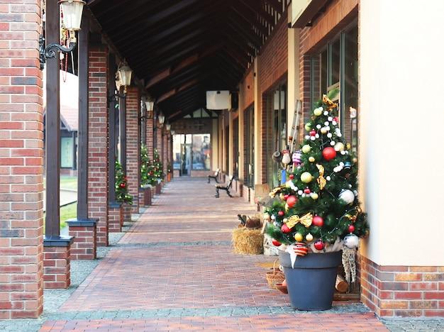Uitzicht op straatwinkels die zijn versierd voor kerstmis