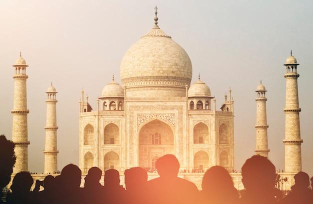 Uitzicht op taj mahal met toeristische silhouetten