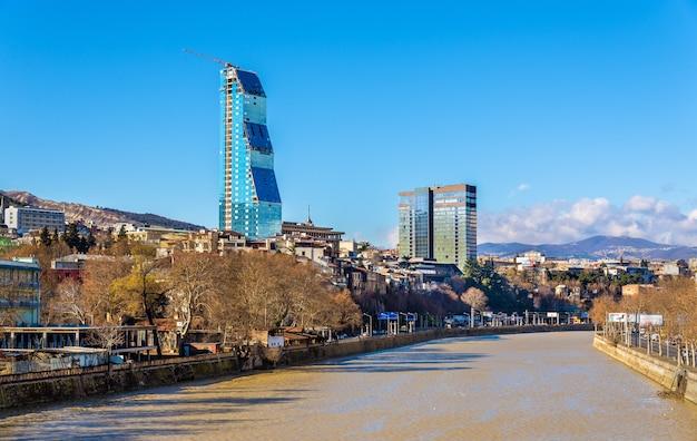 Uitzicht op tbilisi aan de oevers van de rivier de kura