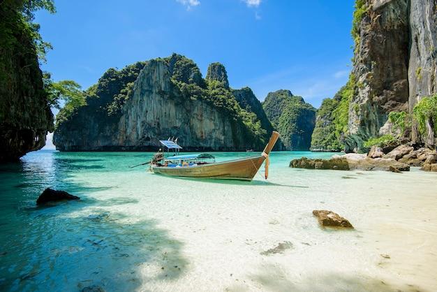 Uitzicht op thaise traditionele longtailboot over heldere zee en lucht in de zonnige dag, phi phi-eilanden, thailand