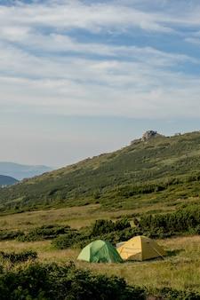 Uitzicht op toeristische tenten in de bergen