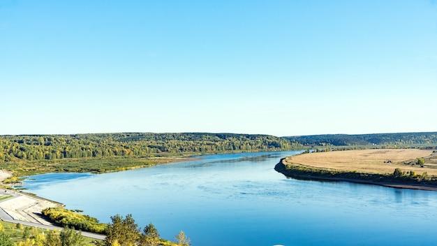 Uitzicht op tom river in de herfst van lagerniy sad. tomsk. rusland.