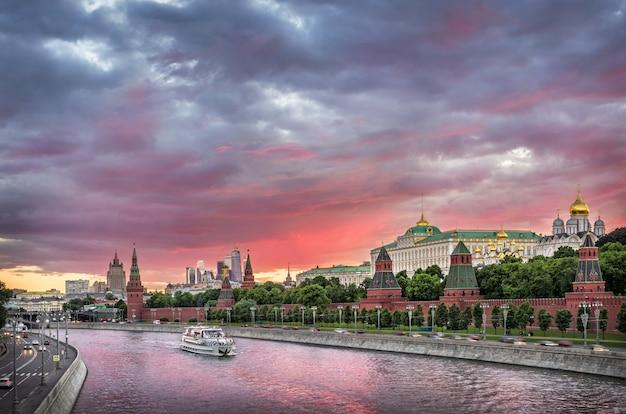 Uitzicht op torens en tempels van het kremlin van moskou onder een mooie roze en grijze zonsondergang hemel
