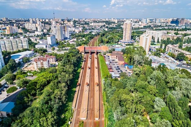 Uitzicht op treinstation karavaevi dachi in kiev, oekraïne