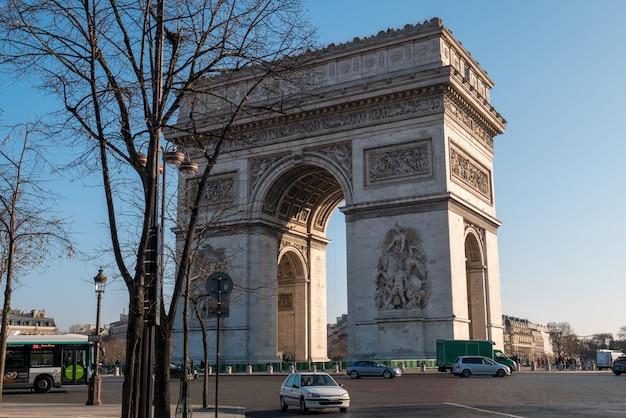 Uitzicht op triumph arch en verkeer in parijs.