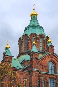 Uitzicht op uspenski kathedraal op heuvel op zonnige dag in helsinki, finland.