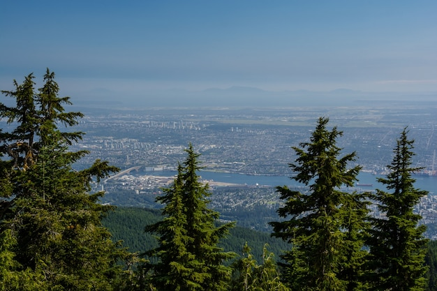 Uitzicht op vancouver vanaf graus mountain. prachtig vogelperspectief