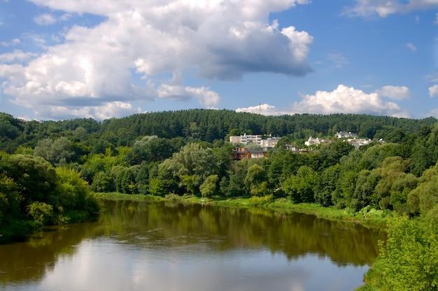 Uitzicht op vingio parka's en rivier in vilnius