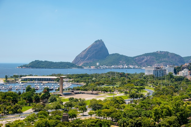 Uitzicht op vlaamse stortplaats, suikerbrood en guanabara-baai in rio de janeiro in brazilië.