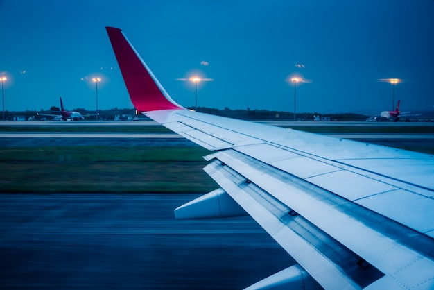 Uitzicht op vliegtuigvleugel tijdens opstijgen of landing