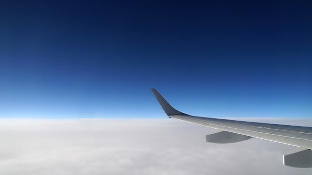 Uitzicht op vliegtuigvleugel vanuit het raam