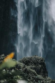 Uitzicht op waterval in java, indonesië
