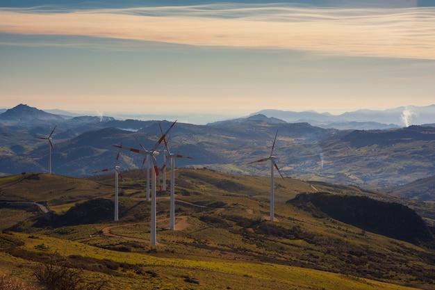 Uitzicht op windmolens op het siciliaanse platteland