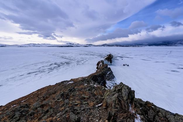 Uitzicht op winterlandschap in siberië met bevroren meer baikal in de verte. winter in rusland