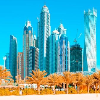 Uitzicht op wolkenkrabbers en jumeirah beach in dubai. vae