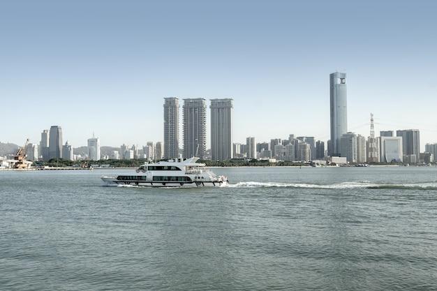Uitzicht op zee en de stad van xiamen, china