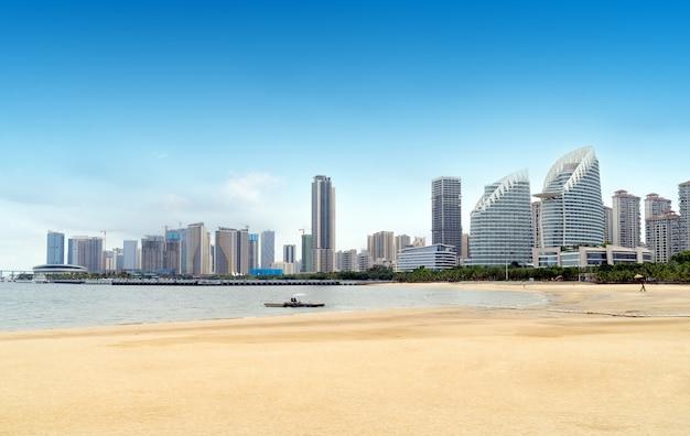 Uitzicht op zee en de stad van zhanjiang, china