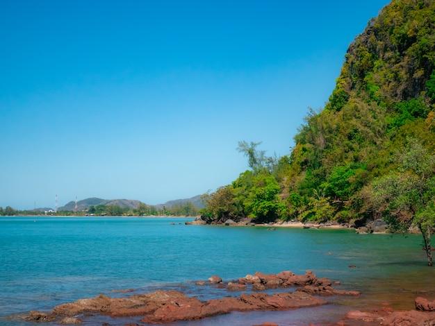 Uitzicht op zee in de petra-eilanden in thailand