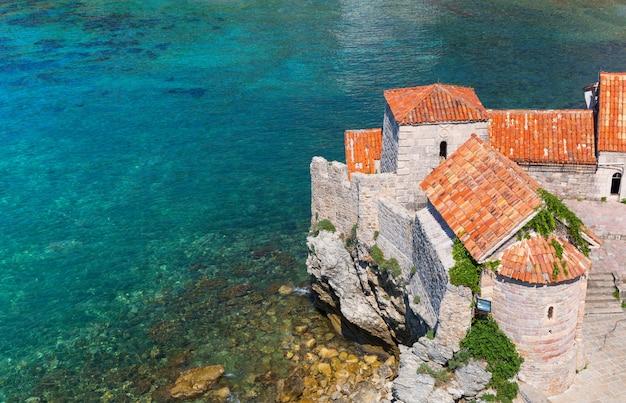 Uitzicht op zee met oude bakstenen gebouwen