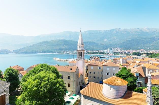 Uitzicht op zee van oude gebouwen in de oude stad in budva, montenegro, europa