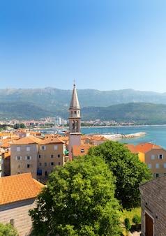 Uitzicht op zee van oude gebouwen in de oude stad in budva, montenegro