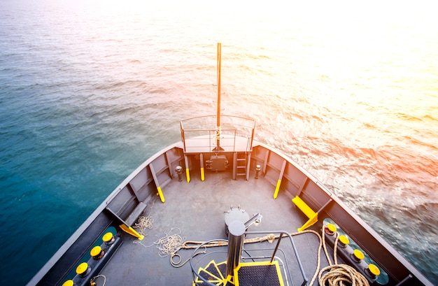 Uitzicht op zee vanaf de boeg van het schip