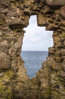 Uitzicht op zee vanaf een middeleeuwse muur in schotland
